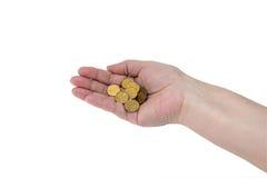 几枚硬币在一名年长妇女的手上 库存图片
