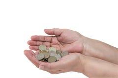 几枚硬币在一名年长妇女的手上 免版税图库摄影