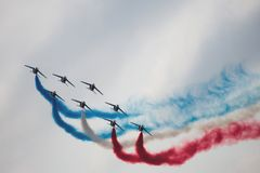 几架军用飞机对称地执行特技飞行 免版税库存图片