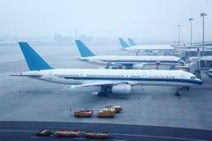 几架飞机在机场 免版税库存照片