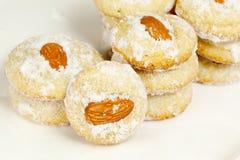 几栈与杏仁和糖粉末的曲奇饼 免版税库存照片