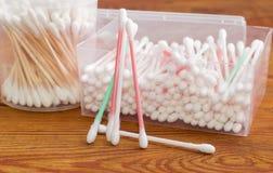 几根棉花棒,有cott的两不同塑胶容器 免版税库存照片