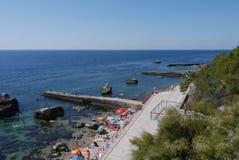 几波导从岸去到海 在他们之间有大石头 免版税库存图片