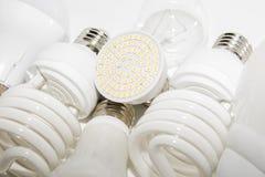 几盏不同的被带领的电灯泡和紧凑日光灯 库存图片