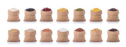 几粒豆的汇集,米,在小大袋的咖啡 工作室 免版税图库摄影
