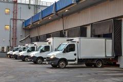 几辆卡车在仓库存贮的装货场 免版税库存图片