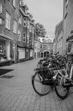 几辆自行车在s斯海尔托亨博斯的市中心停止了在胡同入口 库存照片