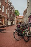 几辆自行车在s斯海尔托亨博斯的市中心停止了在胡同入口 免版税库存照片