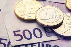 几500枚欧洲钞票和硬币是毗邻的 财富的符号照片 库存图片