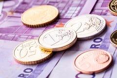 几500枚欧洲钞票和硬币是毗邻的 财富的符号照片 免版税图库摄影