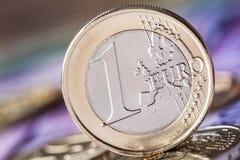 几500枚欧洲钞票和硬币是毗邻的 wealt的符号照片 平衡在堆的欧洲硬币有bankno背景  图库摄影