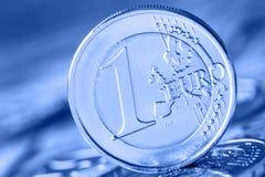 几500枚欧洲钞票和硬币是毗邻的 wealt的符号照片 平衡在堆的欧洲硬币有bankno背景  免版税图库摄影