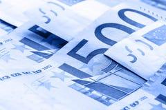 几500枚欧洲钞票和硬币是毗邻的 wealt的符号照片 平衡在堆的欧洲硬币有bankno背景  库存图片