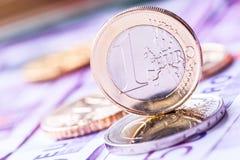 几500枚欧洲钞票和硬币是毗邻的 wealt的符号照片 免版税库存照片