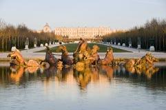 凡尔赛城堡和喷泉在法国 免版税库存照片