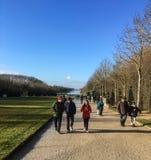 凡尔赛宫地面的访客为在一个晴朗的下午的冬天温度包  图库摄影