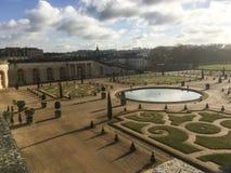 凡尔赛宫地面,法国黄昏视图在一个晴朗的冬天下午的 库存图片