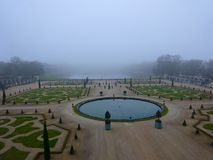 凡尔赛宫庭院地面在冬天期间在12月晒干- 免版税库存图片