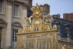 凡尔赛宫殿美好的门在巴黎附近详述了篱芭 免版税图库摄影