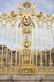 凡尔赛宫殿美好的门在巴黎附近详述了篱芭 库存照片