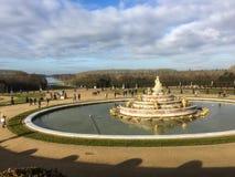 凡尔赛宫殿从事园艺与在前景的Latona喷泉 免版税库存图片