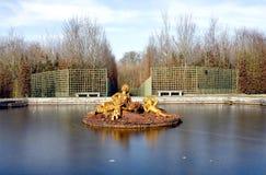 凡尔赛宫的金喷泉 免版税库存照片