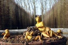凡尔赛宫的金喷泉 库存照片