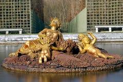 凡尔赛宫的金喷泉 免版税库存图片