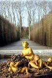 凡尔赛宫的金喷泉 图库摄影
