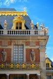 凡尔赛金黄Windows垂直视图的宫殿 免版税库存照片