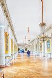 凡尔赛,法国- 2016年7月02日:与绘画的白色画廊在盛大Trianon 大别墅de凡尔赛 图库摄影