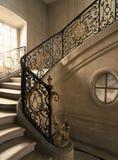 凡尔赛,法国- 2014年8月10日:在凡尔赛宫(大别墅de凡尔赛)的大理石楼梯 免版税库存图片