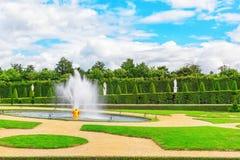 凡尔赛,法国2016年7月02日:在花附近的喷泉是 库存图片