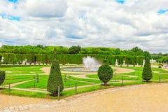 凡尔赛,法国2016年7月02日:在花附近的喷泉是 免版税库存图片