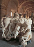 凡尔赛,法国- 2014年8月10日:有马大理石象的走廊在凡尔赛宫 免版税库存照片