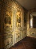凡尔赛,法国- 2014年8月10日:镜子和被绘的木墙壁在凡尔赛宫 免版税库存照片