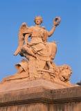 凡尔赛,法国- 2014年8月13日:雕象和凡尔赛宫外视图  库存照片