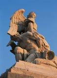 凡尔赛,法国- 2014年8月13日:雕象和凡尔赛宫外视图  图库摄影