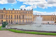 凡尔赛,法国- 2016年7月02日:PondsWater分配为花坛的区域, stat 图库摄影