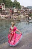 凤凰牌,中国, 2011年10月29日:tradit的年轻中国妇女 免版税库存图片