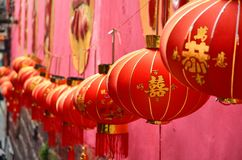 凤凰牌,中国- 2017年5月15日:在街道上的灯笼在凤凰寺附近 库存照片