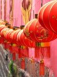 凤凰牌,中国- 2017年5月15日:在街道上的灯笼在凤凰寺附近 免版税库存图片
