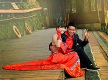 凤凰牌,中国- 2017年5月15日:愉快的年轻人与在凤凰牌,中国的夫妇休息结婚 库存照片
