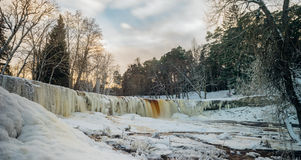 凯伊拉Joa瀑布全景在冬天日落,爱沙尼亚之前 库存图片