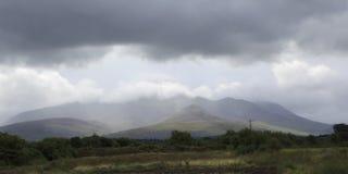 凯利山风景看法在雷云的 免版税库存图片