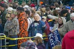 凯利支持者穿上乔治W.布什屏蔽在凯利或Edwards 10月中旬期间公共汽车浏览通过农村南俄亥俄 在凯利/爱德华兹10月中旬期间的布什面具公共汽车游览通过农村南俄亥俄 免版税图库摄影