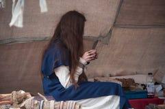 凯塞尔斯贝尔-法国- 2017年4月29日-有中世纪费用的妇女 库存图片