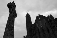 凯尔特十字架和哥特式大教堂的废墟。Cashel岩石。Tipperary县,爱尔兰 免版税图库摄影