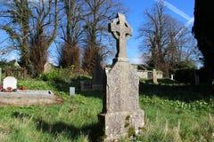 凯尔特十字架在一个坟园在爱尔兰 库存照片