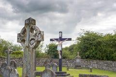 凯尔特十字架墓石和耶稣受难象 库存图片